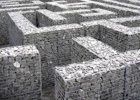 Mur gabió ple de basalt